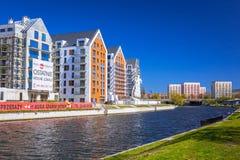 Αρχιτεκτονική των σύγχρονων διαμερισμάτων στον ποταμό Motlawa στο Γντανσκ Στοκ φωτογραφίες με δικαίωμα ελεύθερης χρήσης