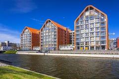 Αρχιτεκτονική των σύγχρονων διαμερισμάτων στον ποταμό Motlawa στο Γντανσκ Στοκ Εικόνες