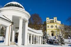Αρχιτεκτονική SPA το χειμώνα - κιονοστοιχία της ορυκτής άνοιξης Karolina και της καθολικής εκκλησίας - Marianske Lazne Marienbad Στοκ Φωτογραφίες