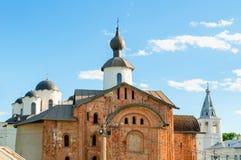 Αρχιτεκτονική Veliky Novgorod, Ρωσία - κινηματογράφηση σε πρώτο πλάνο των εκκλησιών στο προαύλιο Yaroslav σε Veliky Novgorod, Ρωσ Στοκ Εικόνες