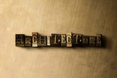 ΑΡΧΙΤΕΚΤΟΝΙΚΗ - κινηματογράφηση σε πρώτο πλάνο της βρώμικης στοιχειοθετημένης τρύγος λέξης στο σκηνικό μετάλλων Στοκ εικόνες με δικαίωμα ελεύθερης χρήσης