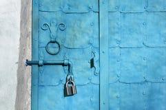 Αρχιτεκτονικό εκλεκτής ποιότητας υπόβαθρο - παλαιός χλωμός - μπλε πόρτα μετάλλων Στοκ φωτογραφία με δικαίωμα ελεύθερης χρήσης