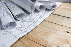 Αρχιτεκτονικό πρόγραμμα, σχεδιαγράμματα, ρόλοι σχεδιαγραμμάτων για το εκλεκτής ποιότητας ξύλινο υπόβαθρο χρυσά πλήκτρα σπιτιών δά Στοκ φωτογραφία με δικαίωμα ελεύθερης χρήσης