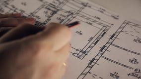 Αρχιτεκτονικό σχεδιάγραμμα που δείχνει με το μολύβι closeup απόθεμα βίντεο