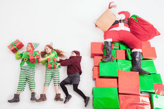 Αρωγοί Santa ` s που εργάζονται σε βόρειο πόλο Αυτός κατάλογος επιθυμιών ανάγνωσης Στοκ εικόνες με δικαίωμα ελεύθερης χρήσης