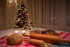 αρωματικά καρυκεύματα μελοψωμάτων μπισκότων Χριστουγέννων ψησίματος Ζύμη και μορφή για τα μπισκότα πιπεροριζών Ξεδιπλώστε τη ζύμη στοκ εικόνες
