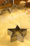 αρωματικά καρυκεύματα μελοψωμάτων μπισκότων Χριστουγέννων ψησίματος Στοκ Φωτογραφίες