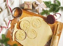 αρωματικά καρυκεύματα μελοψωμάτων μπισκότων Χριστουγέννων ψησίματος το μπισκότο Χριστουγέννων βρίσκει ότι οι εικόνες φαίνονται πε Στοκ εικόνες με δικαίωμα ελεύθερης χρήσης