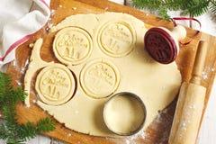 αρωματικά καρυκεύματα μελοψωμάτων μπισκότων Χριστουγέννων ψησίματος το μπισκότο Χριστουγέννων βρίσκει ότι οι εικόνες φαίνονται πε Στοκ Εικόνες