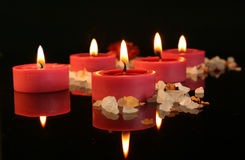 Αρωματικά κεριά στο σκοτάδι στοκ φωτογραφίες