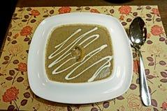 Αρωματική σούπα μανιταριών φιαγμένη από champignons σε ένα άσπρο πιάτο πορσελάνης Στοκ Εικόνες