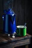 Αρωματικός και καυτός μαύρος καφές στο ξύλινο εξοχικό σπίτι Στοκ Εικόνα