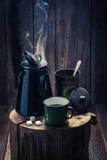 Αρωματικός και καυτός μαύρος καφές τον κρύο χειμώνα Στοκ εικόνες με δικαίωμα ελεύθερης χρήσης