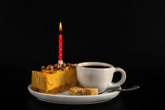 Αρωματικός μαύρος καφές στο άσπρο φλυτζάνι με cheesecake στο άσπρο sauc Στοκ Φωτογραφίες