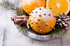 Αρωματικό πορτοκάλι Χριστουγέννων με τα γαρίφαλα Στοκ εικόνα με δικαίωμα ελεύθερης χρήσης