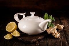 Αρωματικό υγιές τσάι στο δοχείο στοκ φωτογραφία