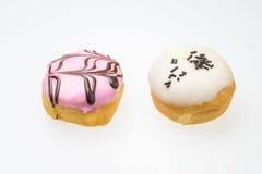 Αρωματικό φράουλα doughnut και άσπρο αρωματικό σοκολάτα doughnut Στοκ εικόνα με δικαίωμα ελεύθερης χρήσης