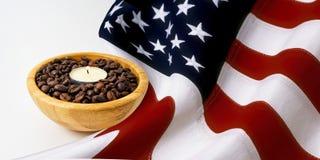 Αρωματικό φως κεριών σε ένα ξύλινο φλυτζάνι με τα φασόλια καφέ για Chri Στοκ εικόνα με δικαίωμα ελεύθερης χρήσης