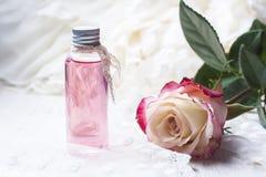 Αρωματισμένος αυξήθηκε νερό σε ένα μπουκάλι σε έναν ξύλινο πίνακα στοκ εικόνες με δικαίωμα ελεύθερης χρήσης