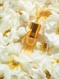 Αρωματισμένος αυξήθηκε πετρέλαιο Φυσικό πετρέλαιο για τη χαλάρωση σε ένα floral υπόβαθρο στοκ εικόνες με δικαίωμα ελεύθερης χρήσης