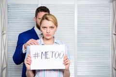 ασέβεια Σεξουαλική παρενόχληση στον εργασιακό χώρο Σεξουαλική προσοχή γυναικείων γραμματέων στο συνάδελφο Γυναίκα που παρουσιάζει στοκ φωτογραφίες με δικαίωμα ελεύθερης χρήσης