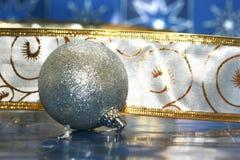 ασήμι Χριστουγέννων σφαιρών Στοκ Φωτογραφία