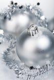 ασήμι Χριστουγέννων σφαιρ Στοκ φωτογραφία με δικαίωμα ελεύθερης χρήσης