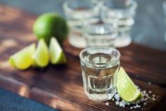 Ασήμι Tequila το άλας ασβέστη και θάλασσας που διακοσμείται με με το βατόμουρο Στοκ εικόνες με δικαίωμα ελεύθερης χρήσης