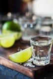 Ασήμι Tequila το άλας ασβέστη και θάλασσας που διακοσμείται με με το βατόμουρο Στοκ Εικόνα