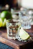 Ασήμι Tequila το άλας ασβέστη και θάλασσας που διακοσμείται με με το βατόμουρο Στοκ Φωτογραφίες