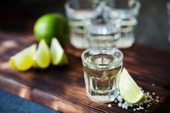 Ασήμι Tequila το άλας ασβέστη και θάλασσας που διακοσμείται με με το βατόμουρο Στοκ Φωτογραφία