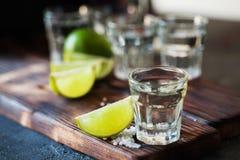 Ασήμι Tequila το άλας ασβέστη και θάλασσας που διακοσμείται με με το βατόμουρο Στοκ φωτογραφίες με δικαίωμα ελεύθερης χρήσης