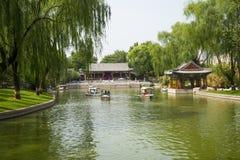 Ασία Κίνα, Πεκίνο, πάρκο λιμνών Longtan, θερινό τοπίο, περίπτερο ακτών, κρουαζιερόπλοιο στοκ φωτογραφία
