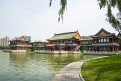 Ασία Κίνα, Πεκίνο, πάρκο λιμνών Longtan, θερινό τοπίο, το παλαιό κτήριο, περίπτερο Στοκ Εικόνες