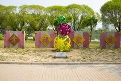 Ασία Κίνα, Πεκίνο, πάρκο παλατιών ήλιων, γλυπτό τοπίων, ευτυχής οικογένεια Στοκ Φωτογραφίες