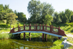 Ασία Κίνα, Πεκίνο, παλαιό θερινό παλάτι, τοπίο κήπων, η ξύλινη γέφυρα Στοκ Εικόνα
