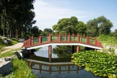 Ασία Κίνα, Πεκίνο, παλαιό θερινό παλάτι, τοπίο φθινοπώρου, ξύλινη γέφυρα Στοκ φωτογραφία με δικαίωμα ελεύθερης χρήσης