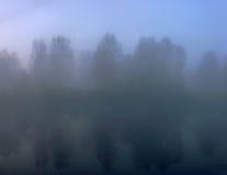 Ασαφής αυγή της Misty στη λίμνη φθινοπώρου Στοκ φωτογραφία με δικαίωμα ελεύθερης χρήσης