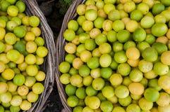 Ασβέστες λεμόνια σε δύο καλάθια Στοκ φωτογραφία με δικαίωμα ελεύθερης χρήσης