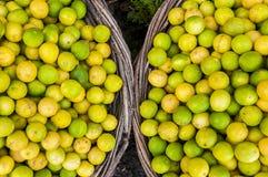 Ασβέστες λεμόνια σε δύο καλάθια Στοκ Φωτογραφία