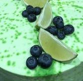 ασβέστης βακκινίων στο πράσινο κέικ τήξης στοκ φωτογραφίες με δικαίωμα ελεύθερης χρήσης