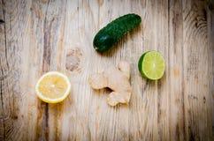 Ασβέστης λεμονιών πιπεροριζών αγγουριών και πράσινα φύλλα μεντών σε ένα ξύλινο BA Στοκ Εικόνες
