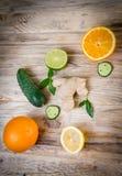Ασβέστης λεμονιών πιπεροριζών αγγουριών και πράσινα φύλλα μεντών σε ένα ξύλινο BA Στοκ Φωτογραφίες