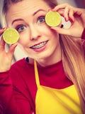 Ασβέστης λεμονιών φρούτων εκμετάλλευσης γυναικών μισός Στοκ Εικόνες