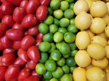 Ασβέστης λεμονιών και υπόβαθρο ντοματών Στοκ Φωτογραφίες