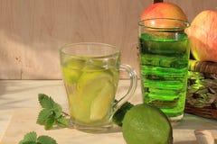 Ασβέστης goblets γυαλιού και φρούτα με τη μέντα σε έναν ξύλινο πίνακα το καλοκαίρι στοκ φωτογραφία με δικαίωμα ελεύθερης χρήσης