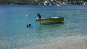 Ασβέστωση στη χαμηλότερη παραλία κόλπων στις Γρεναδίνες απόθεμα βίντεο