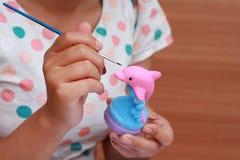 Ασβεστοκονίαμα κουκλών watercolor χρωμάτων παιδιών τέχνης χεριών για την εκπαίδευση Στοκ φωτογραφία με δικαίωμα ελεύθερης χρήσης
