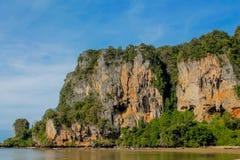Ασβεστόλιθος στον κόλπο Krabi AO Nang, Ταϊλάνδη Στοκ Φωτογραφίες