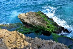 Ασβεστόλιθος που διαβρώνεται και που καταπίνεται από τον ωκεανό Στοκ Φωτογραφία